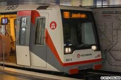 DT4 in Schlump, Gleis 2 kennen einige sicherlich aus dem Wochenend-Nachtverkehr. Doch heute lautet das Ziel nicht Berliner Tor. Am Schlump macht der Zug stets Pause, da sich hier die Bands ablösen und auf- bzw. abbauen müssen. So erreicht man auch einen gut merkbaren Stundentakt.