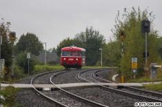 Es hieß nun schnell vorzufahren, um den Schienenbus der AKN noch einmal auf offener Strecke zu erwischen. In wenigen hundert Metern erreicht er den Haltepunkt Bönningstedt.