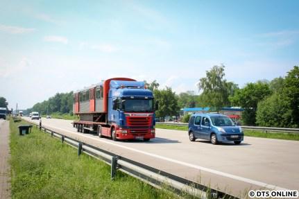 Die letzte Fahrt der DT2 führte über die BAB 1 nach Lübeck, der Wagen 768-1 passiert gerade den Rasthof Buddikate, welchen der Fotograf nur kurze Zeit vor dem Passieren erreichte. Letztlich wurden alle 28 Wagen über diesen Weg zum Schrotthändler in Lübeck gebracht.