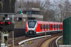 Dann setzte der Zug wieder planmäßig ein. Hier die erste von zwei (bzw. vier) Einfahrten in den Bahnhof Wedel. Da beide Gleise benötigt werden, macht der Zug auch hier in der Kehre Pause.