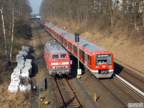 Die 218-Diesellok der S-Bahn Hamburg nähert sich dem Übergabeort