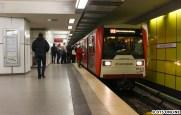Und schließlich noch der DT3 868 bei Halt im U2-Bahnhof Jungfernstieg. Auch hier gilt: oben häufiger mal, hier nicht...