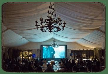 proyector y pantalla en el salon para ver un video