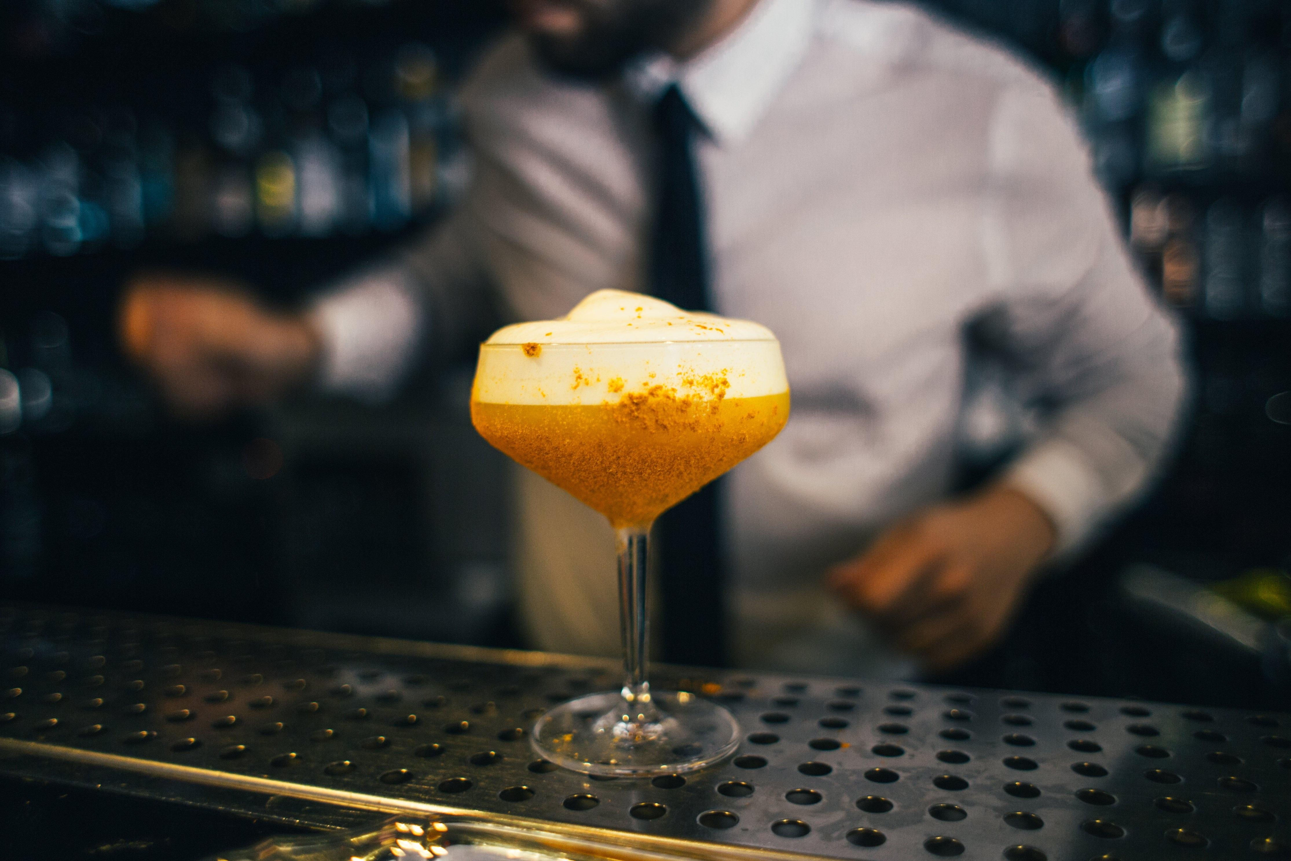 Barman en el Inicio Coctel Bar