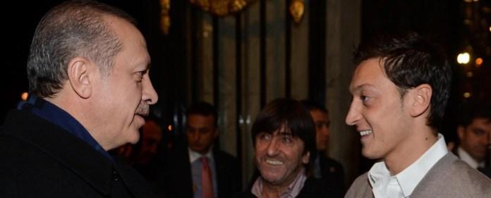 Mesut Özil empfängt Erdoğan vor seinem Hotel