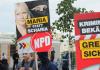 """""""Maria statt Scharia"""": Neonazis protestieren gegen das Asybeweberheim in Berlin-Hellersdorf."""