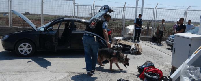 Türkische Spezialeinheiten untersuchen ein verdächtiges Fahrzeug. Die türkische Polizei verhinderte am Sonntag womöglich einen Autobombenanschlag an der syrischen Grenzen.