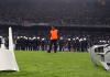 Das Stadtderby zwischen Besiktas und Galatasaray hatte am Ende wenig mit Fußball zu tun. Das Spielfeld war mit Stühlen und anderen Gegenständen übersät.