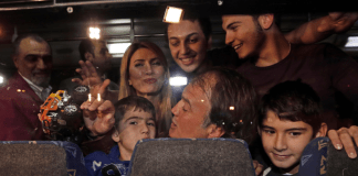 Der entführte türkische Pilot Murat Akpinar mit seiner Familie nach der Landung auf dem Atatürk Flughafen in Istanbul am 19. Oktober 2013.