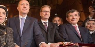 Erdogan, Westerwelle und Davutoglu bei der Eröffnung der türkischen Botschaft in Berlin im Oktober 2012.