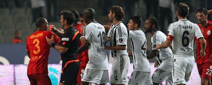 Szene aus dem Spiel Besiktas gegen Galatasaray (22.9.2013). Das Spiel war damals nach Tumulten auf und neben dem Platz angebrochen worden.