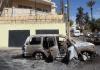 Ein ausgebranntes Auto vor der russischen Botschaft in Libyen