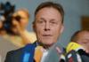 Der Vorsitzende des Gremiums und Geschäftsführer der SPD-Bundestagsfraktion, Thomas Oppermann, gibt am 24.10.2013 im Bundestag in Berlin auf dem Weg zur Sitzung des Parlamentarischen Kontrollgremiums (PKG) ein kurzes Statement.