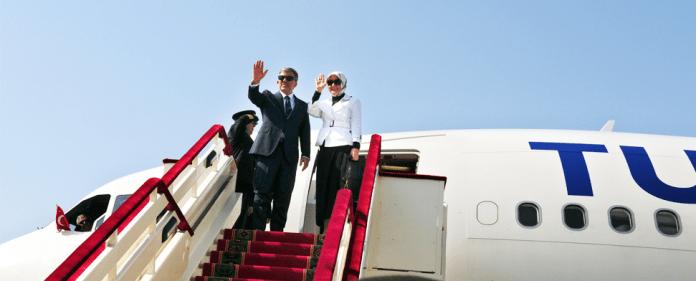 Der türkische Staatspräsident Abdullah Gül und seine Ehefrau Hayrunnisa Gül, steigen in ein Flugzeug der Turkish Airlines ein.