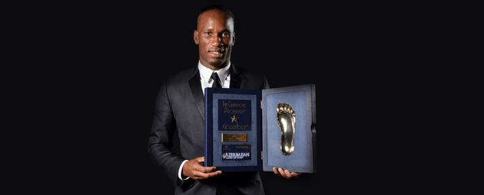 Galatasarays Stümerstar Didier Drogba posiert mit dem