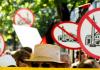 Mitglieder von Pro Deutschland halten Plakate mit durchgestrichenen Moscheen hoch. Der Protest im August 2012 richtete sich gegen einen Moscheebau in Berlin.