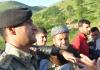 Ein türkischer Soldat zwischen Zivilisten in Şırnak - iha