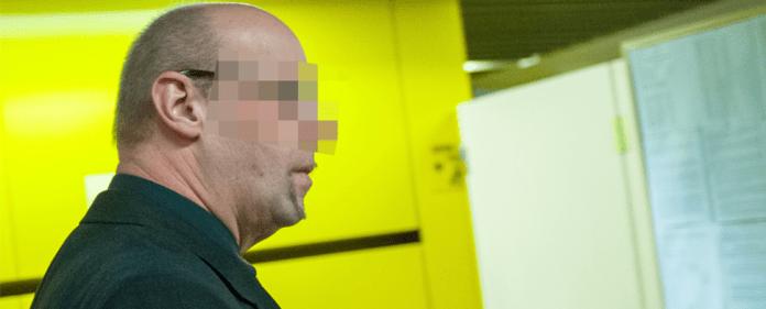 Der Zeuge und ehemalige Verfassungsschutz-Mitarbeiter Andreas T. geht am 03.12.2013 im Oberlandesgericht in München (Bayern) zum Verhandlungssaal. Dort wurde der Prozess um die Morde und Terroranschläge des