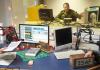 """Oberfeldwebel Christina Flaig und Oberleutnant Christopher Steiger ziehen am 04.12.2013 im Studio des Bundeswehr-Radiosenders """"Radio Andernach"""" in Mayen (Rheinland-Pfalz) die Gewinner in der Advendskalender-Sendung."""