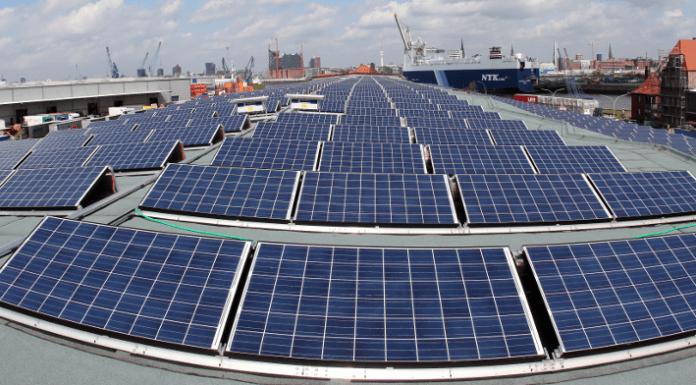 Module von Solaranlage der Stadt stehen am 27.04.2012 in Hamburg auf dem Dach des historischen Kaischuppen im Hamburger Hafen. Drei Jahre nach seiner Gründung zieht das Branchennetzwerk für die Erneuerbaren Energien in der Türkei