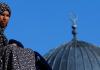 Eine Frau vor einem Kuppel einer Moschee - reuters