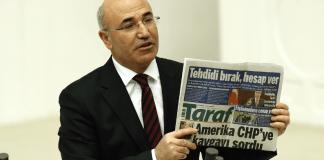 CHP Abgeordneter Mahmut Tansal zeigt die Zeitung Taraf - zaman