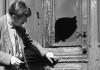 Der Schriftsteller Günter Grass steht am 16.09.1965 vor der angekohlten Tür seines Hauses in Berlin-Friedenau.