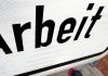 Ein Mann geht am 07.01.2014 an einem Schild der Bundesagentur für Arbeit in Hannover (Niedersachsen) vorbei