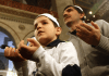 Muslime beten in der Moschee. Heute ist der Geburtstag des Propheten Muhammad.