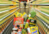 Ein Einkaufswagen mit Lebensmitteln wird am 04.05.2011 durch einen Edeka-Supermarkt in Hannover geschoben