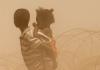 Zwei Kinder auf der Flucht in Bangui, Zentralafrikanische Republik.