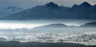 Dunst liegt am 31.01.2014 in den Tälern des Voralpenlandes, gesehen vom Auerberg bei Stötten (Bayern).