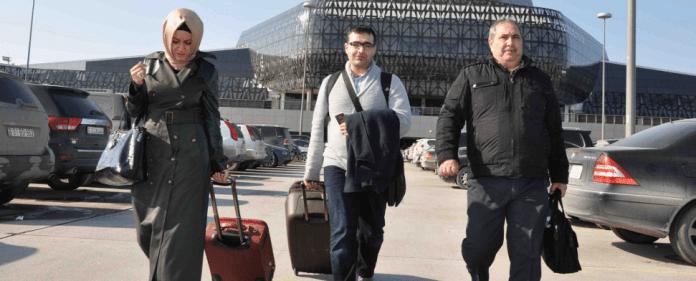 Der aserbaidschanische Journalist Mahir Zeynalov am Flughafen Baku. Zeynalov wurde wegen eines kritischen Tweets aus der Türkei abgeschoben.
