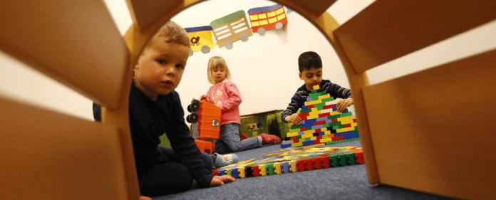 Kinder spielen in einem Kindergarten. Heute ist Internationaler Tag der Muttersprache.