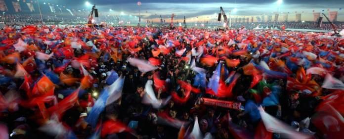 AKP Anhänger bei einem Meeting.