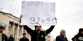 """In Sarajewo halten Demonstrante ein Plakat hoch: """"Europa, erinnerst Du Dich an die Zeit von 1992-95?"""""""