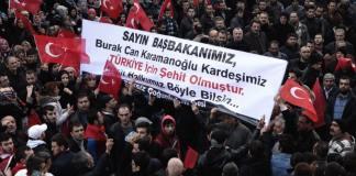 Menschen trauern in Okmeydani um den Tod von Burak Can Karamanoglu.