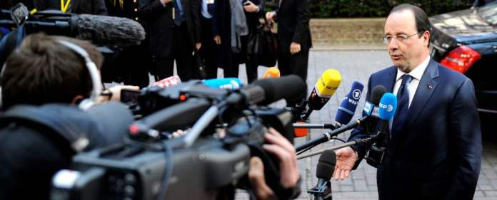 Der französische Präsident Hollande steht Journalisten Rede und Antwort.