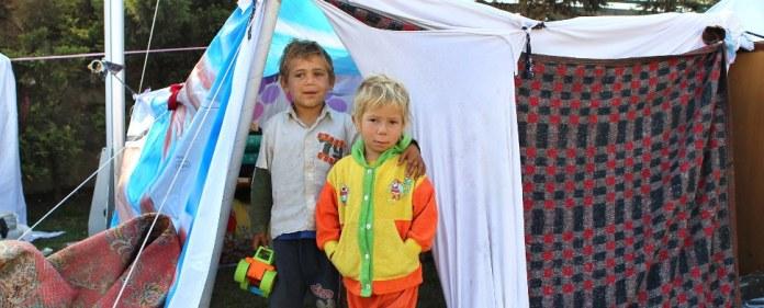 Syrische Flüchtlingskinder vor einem Zelt.