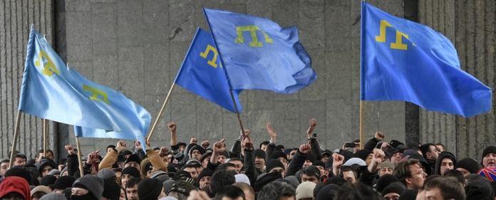 Krimtateren demonstrieren in der Nähe des Krim-Parlaments in Simferopol.