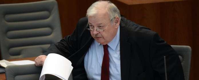 Der nordrhein-westfälische Arbeitsminister Guntram Schneider (SPD) geht am 10.04.2014 im Landtag in Düsseldorf (Nordrhein-Westfalen) zu seinem Platz.