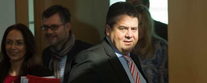 Sigmar Gabriel, Bundeswirtschaftsminister und SPD-Bundesvorsitzender, kommt am 07.04.2014 in Berlin zur Sitzung des SPD-Präsidiums.