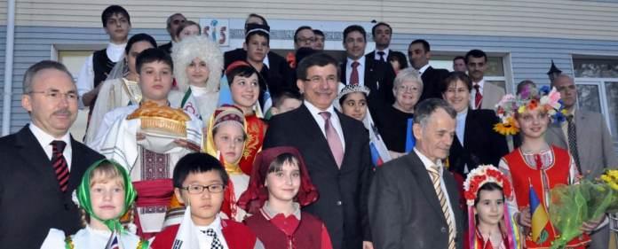 Der türkische Außenminister Ahmet Davutoglu während eines Besuchs einer türkischen Schule in Afghanistan im Jahre 2010.