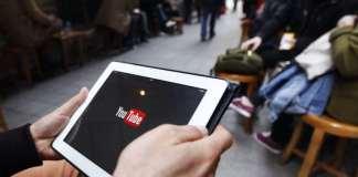 Ein Tablet auf dem Youtube steht.