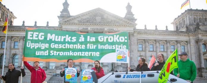 Umweltaktivisten protestieren am 08.05.2014 vor dem Deutschen Bundestag in Berlin.