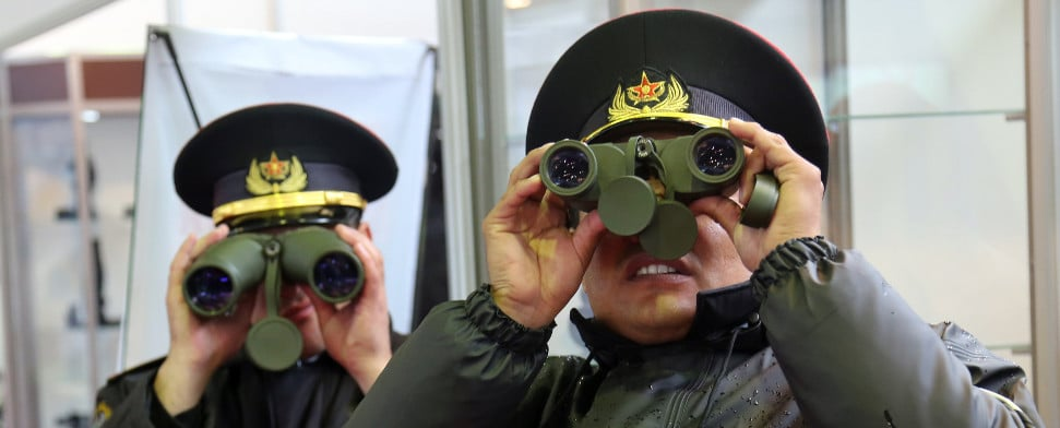 Kasachische Militärs inspizieren die Verteidigungsmesse Kadex 2014.