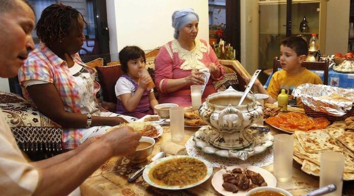 Viele Fastende beschäftigt die Frage der Ernährung und welche Auswirkungen der Ramadan auf ihren Körper haben, da der Ernährungsrhythmus aus den Fugen gerät.