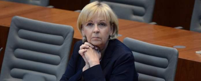 Die nordrhein-westfälische Ministerpräsidentin Hannelore Kraft (SPD) sitzt am 03.07.2014 im Landtag in Düsseldorf (Nordrhein-Westfalen) im Plenum.