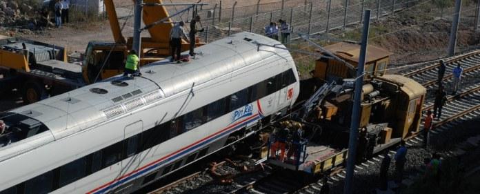 """Der Hochgeschwindigkeitszug """"Piri Reis"""" nach dem Crash bei einer Testfahrt auf einer Bahnlinie nahe der Verbindung Köseköy-Gebze."""