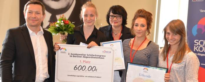 Für den zweiten bundesweiten Schülerkongress des Bildungsinstitutes TÜDESB wurden letzten Samstag die Preise im Gesamtwert von 2.500 Euro vergeben.